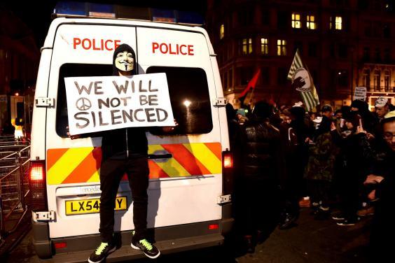 Ένας διαδηλωτής γνωστοποιεί πως δεν υπάρχει πρόθεση να σιωπήσει κανείς...