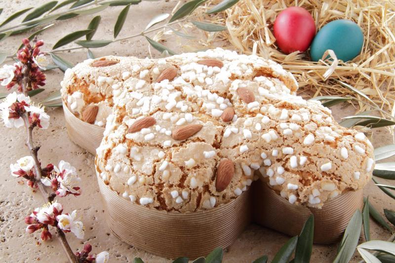 Το Colomba di Pasqua είναι ένα ένα κέικ γεμισμένο με φρούτα γλασέ, έχει το σχήμα περιστεριού -η ακριβής μετάφραση της φράσης αυτής στα Ελληνικά, είναι «Περιστέρι του Πάσχα»- και υπάρχει στην Ιταλία.