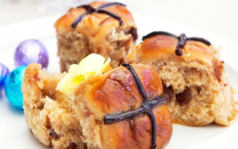 Τα Hot cross buns που υπάρχουν στη Μεγάλη Βρετανία, έχουν σχήμα σταυρού στην κορυφή τους γι' αυτό και λέγονται έτσι και πρόκειται για υπέροχα γλυκά ψωμάκια που συνοδεύονται από κέικ φρούτων με 11 ή 12 μπάλες αμυγδαλόπαστας για να γίνεται και ο απαραίτητος συσχετισμός με τους Αποστόλους.