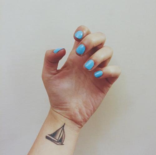 sailboat - Ήλιους και θάλασσες | 13 πανέμορφα τατουάζ για κάθε κοπέλα που λατρεύει το καλοκαίρι!