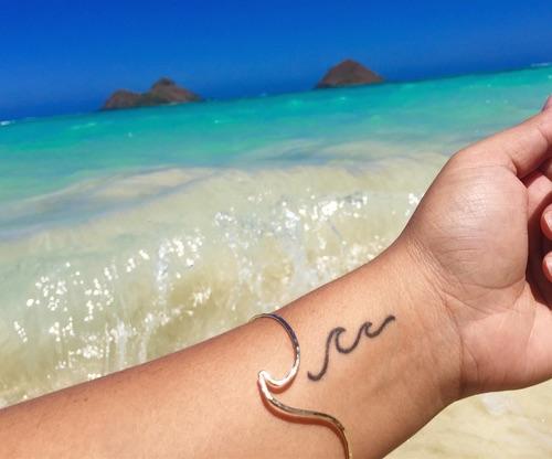 wave - Ήλιους και θάλασσες | 13 πανέμορφα τατουάζ για κάθε κοπέλα που λατρεύει το καλοκαίρι!