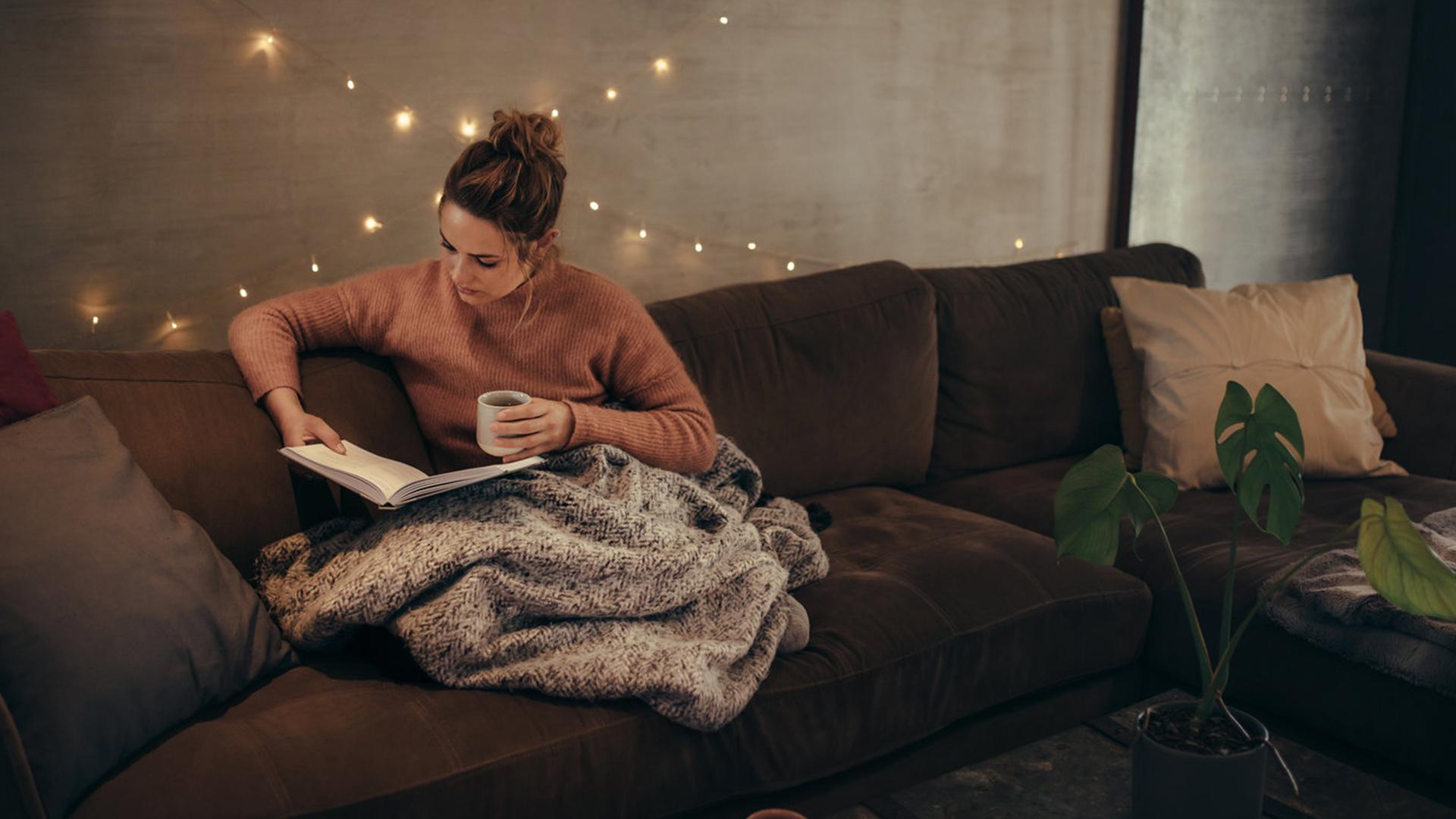 Αποτέλεσμα εικόνας για ομορφη κοπέλα που διαβάζει βιβλίο
