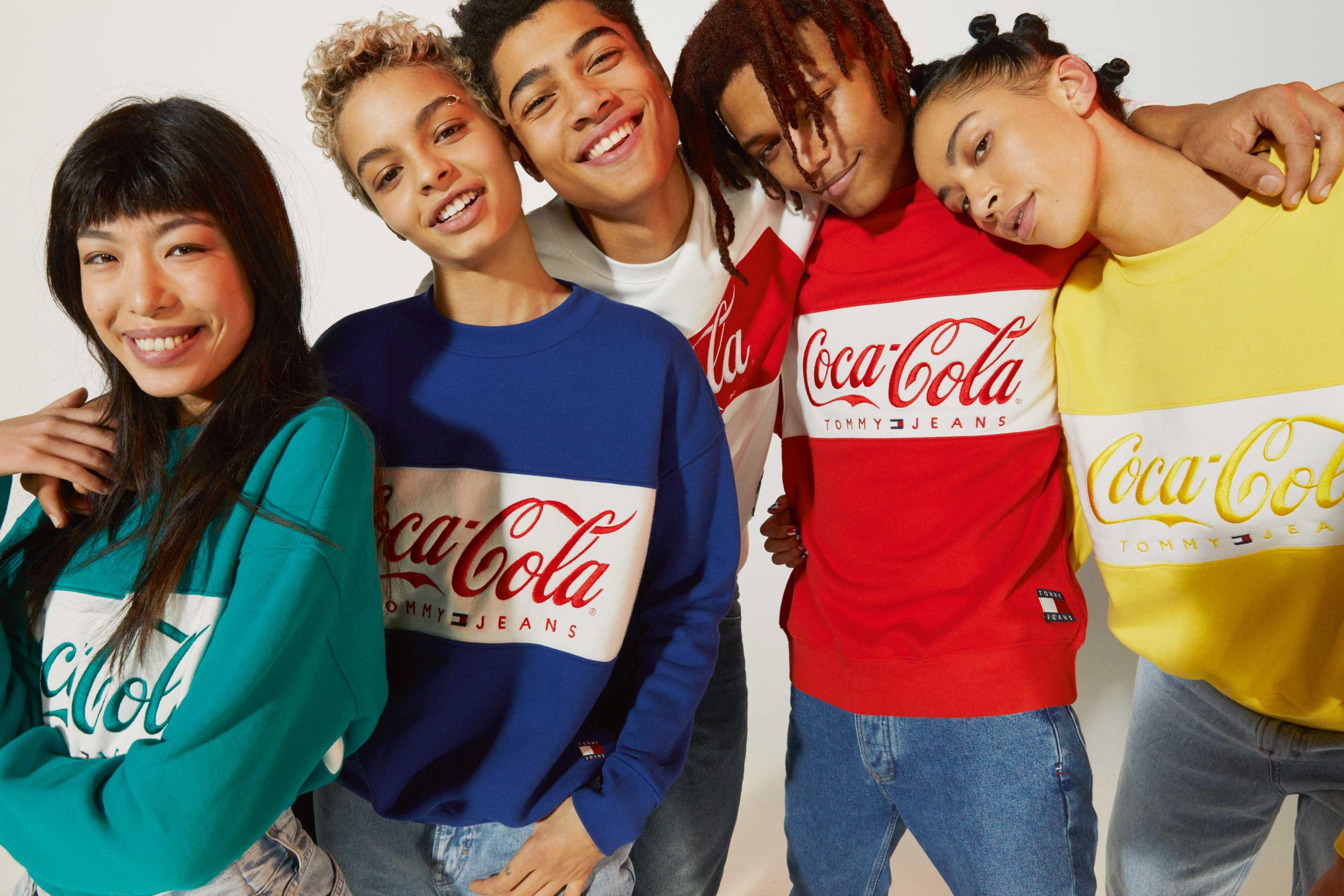 55f2ba9b77 Η Tommy Hilfiger και η Coca-Cola ανακοινώνουν το λανσάρισμα της capsule  συλλογής TOMMY JEANS Coca-Cola®